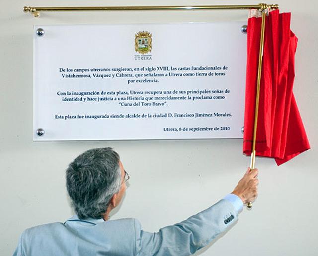 El alcalde Utrera, Curro Jiménez, inaugura la placa con su nombre. (FOTO: Turismo de Utrera)