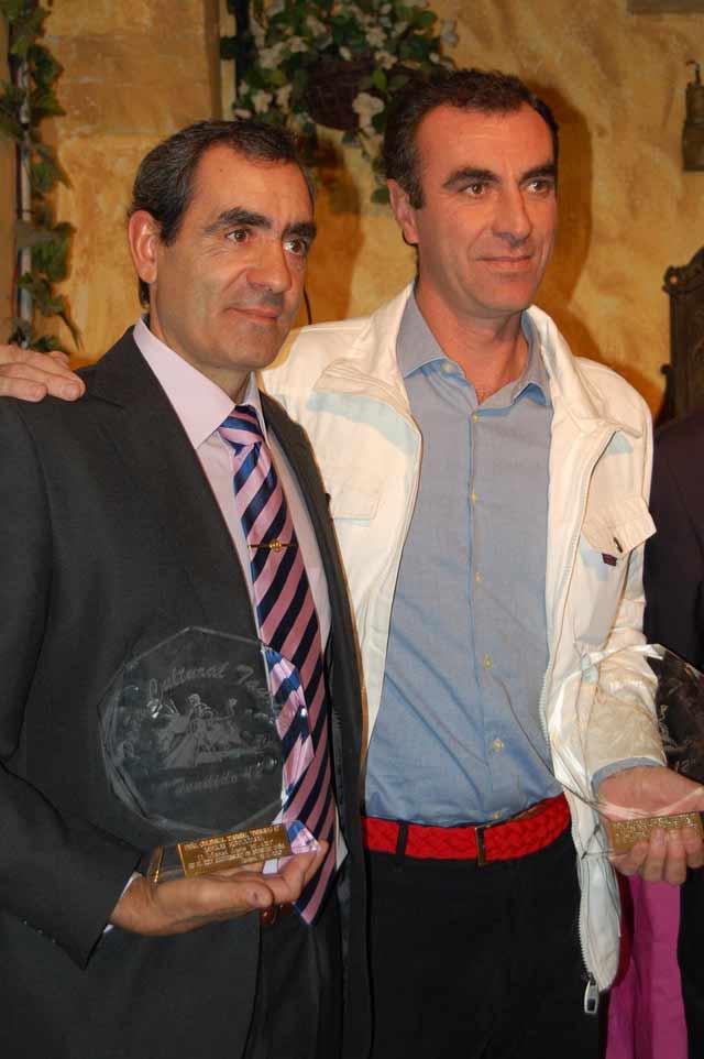 Antonio Cid -en nombre de su hermano Manuel Jesús- y Alcalareño, premiados en Huelva. (FOTO: Ambitotoros)