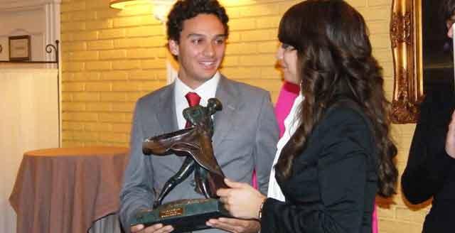 Oliva Soto recoge un nuevo trofeo taurino. (FOTO: Paco Gómez)