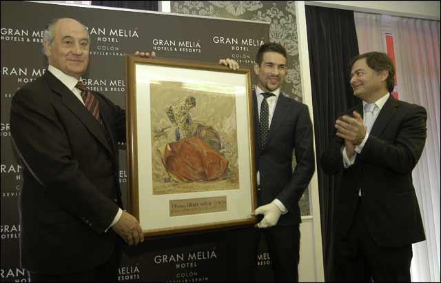 El empresario Ramón Valencia -miembro del jurado- entrega el premio a José María Manzanares.