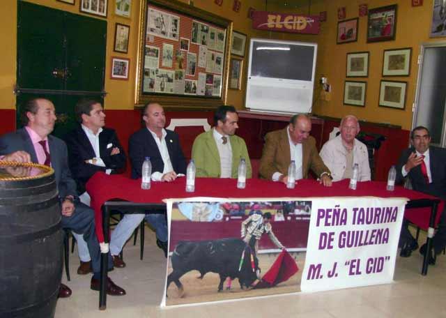 De izquierda a derecha: el fotógrafo Agustín Arjona, el apoderado Santiago Ellauri, El Cid, el apoderado y ganadero Manuel Tornay, el aficionado local Rafael Aguilera y Antonio Cid, de la Junta Directiva de la Peña.