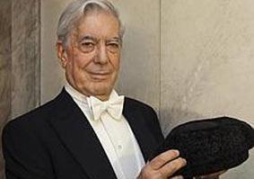 El Nobel de Literatura, Mario Vargas Llosa, con la montera de Curro Romero. (FOTO: ABC)