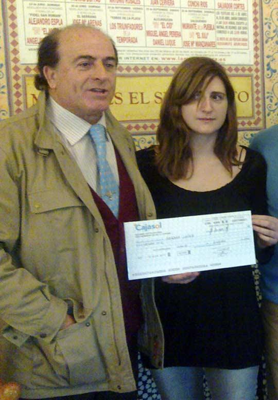 José Luis 'Serranito' entrega en Sevilla el cheque de 20.000 euros a Sandra, viuda del banderillero Adrián Gómez.