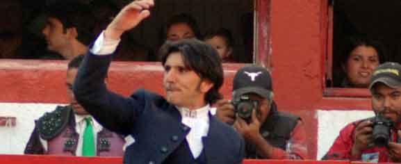 Diego Ventura, saludando en la plaza de Saltillo (México).