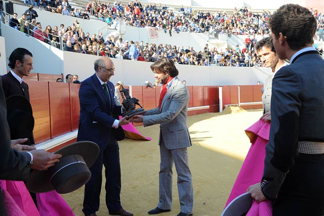 Curro Molina recoge un recuerdo de manos del hermano mayor de los Gitanos. (FOTO: Matito)