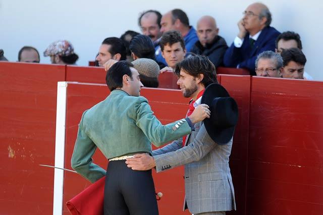 Enrique Ponce brindando la muerte de su novillo al sevillano Curro Molina. (FOTO: Matito)