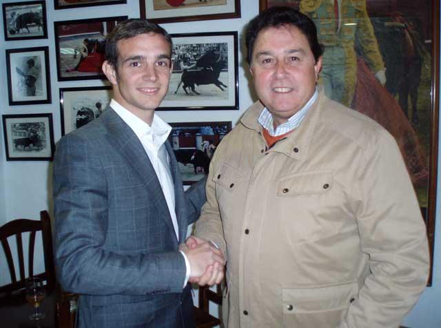 El novillero Emilio Huertas y Tomás Campuzano sellan con un apretón de manos el nuevo compromiso.