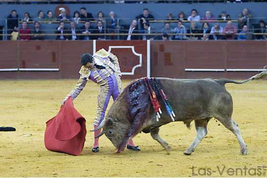 El Cid llevando muy toreado al cuvillo que hizo sexto. (FOTO:Juan Pelegrín/Las-Ventas.com)