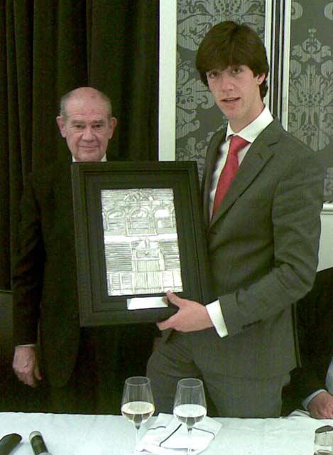 Juan Carlos Torres, presidente de la Tertulia 'Los 13', entrega el galardón a Esaú Fernández como 'Mejor novillero' en la Maestranza 2010.