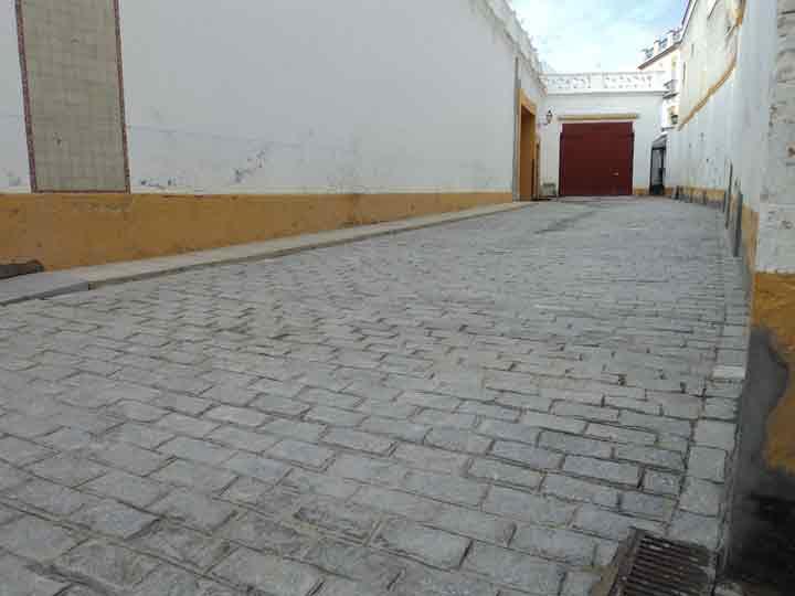 Zona que usaban los rejoneadores como 'calentamiento' antes, cuando estaba cubierta de albero. (FOTO: Javier Martínez)