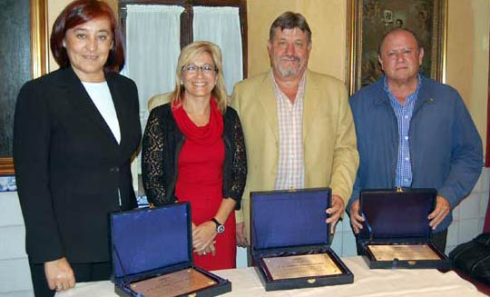 La delegada de la Junta de Andalucía, Carmen Tovar -en el centro-, 'reconoció' con una placa a los presidentes de la Maestranza tras su primer año (2009) el 'buen' trabajo realizado; sólo falta Juan Murillo, que ya había dimitido y no acudió a pesar de estar invitado.