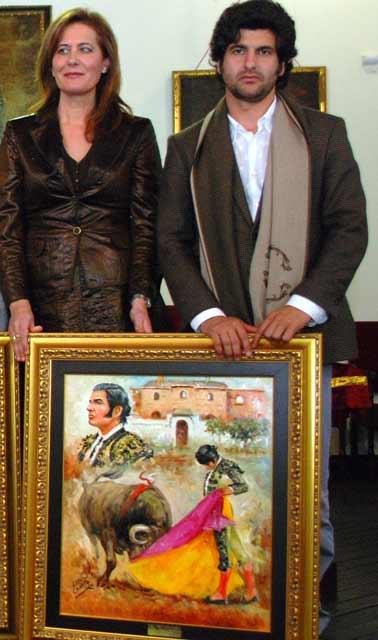 La alcaldesa de Osuna entrega el premio 'Mejor faena' a Morante de la Puebla.