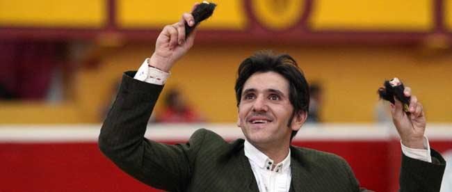 El sevillano Diego Ventura, con las dos orejas del segundo de su lote.