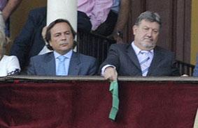 El veterinario Francisco Herrera y el presidente Gabriel Fernández Rey, responsables de los toros aprobados. (FOTO: Sevilla Taurina)
