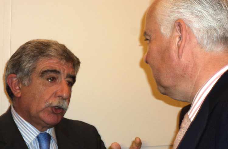 Manuel Brenes junto a Alfonso Guajardo, teniente hermano mayor de la Maestranza. (FOTO: Javier Martínez)