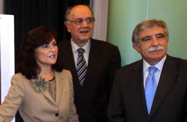 La andaluza Carmen Calvo, Miguel Cid y Manuel Brenes, al finalizar el acto. (FOTO: Javier Martínez)