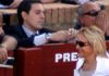 La polémica delegada de la Junta, Carmen Tovar, pasa por delante del veterinario 'enchufado', Álvaro Pedregosa. (FOTO: Javier Martínez)