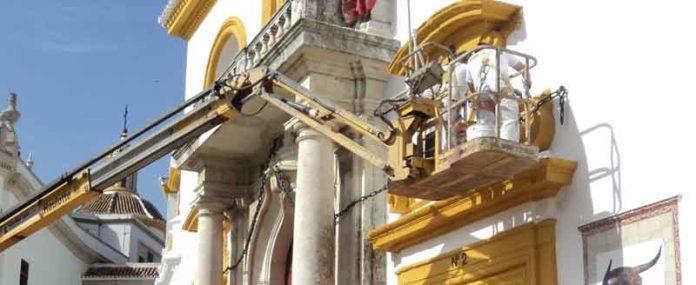 Dos pintores repasan la Puerta del Príncipe. (FOTO: Javier Martínez)