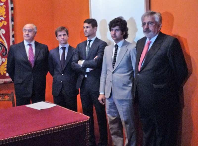 Los toreros de Resurrección y los cuñados empresarios, a punto de comenzar la presentación. (FOTO: Paco Díaz/toroimagen.com)
