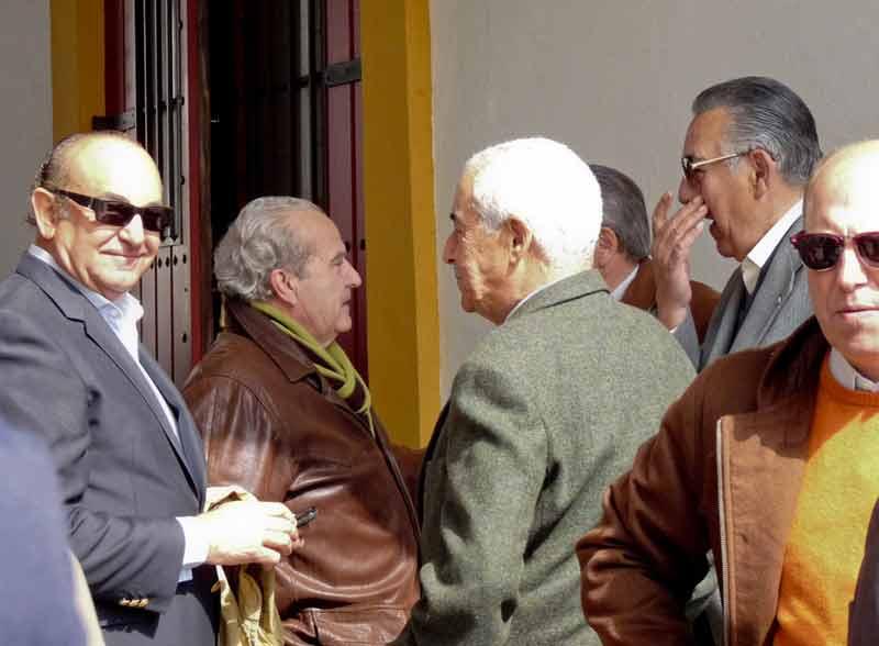 Corrillo de tertulia con con Manuel Tornay, Emilio Moreno, Ramón Vila, Rafael Palacios y Fernando Carrasco. (FOTO: Paco Díaz/toroimagen.com)
