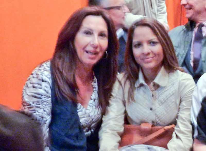 La apoderada Teresa Ojeda con su representada, Vanessa Montoya, incluida en las novilladas. (FOTO: Paco Díaz/toroimagen.com)