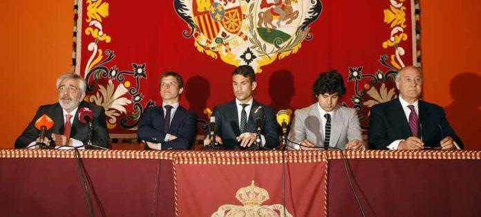 Los empresarios de Sevilla, junto a El Juli, Manzanares y Morante, en la presentación del abono 2011.