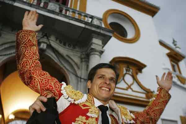 El Juli sale a hombros esta tarde por la Puerta del Príncipe. (FOTO: Arjona/lamaestranza.es)