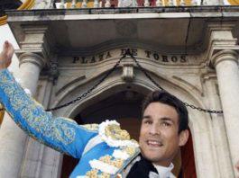 Manzanares sale por la Puerta del Príncipe tras indultar un toro de Cuvillo. (FOTO: Arjona/lamaestranza.es)