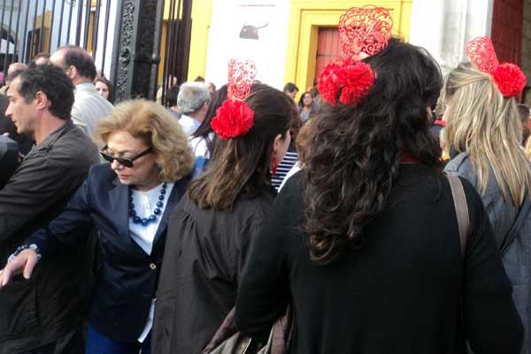 La veterana política socialista Amparo Rubiales intenta escapar de un grupo de despedida de solteras. (FOTO: Javier Martínez)