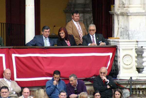 La presidenta Anabel Moreno duda y consulta con su asesor veteriario esta tarde. (FOTO: Javier Martínez)
