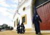 Nazarenos del Baratillo pasan por la Maestranza hacia la capilla de la Hermandad.