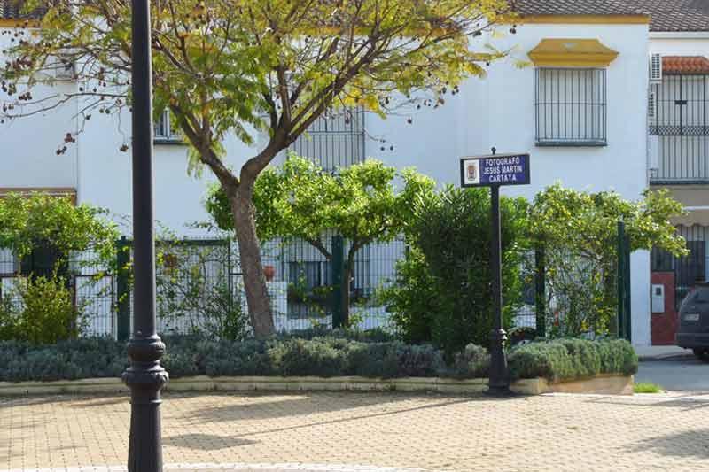 Plazuela 'Fotógrafo Martín Cartaya', inaugurada por la entonces alcaldesa de Castilleja de la Custa, Carmen Tovar. (FOTO: Paco Díaz / toroimagen.com)