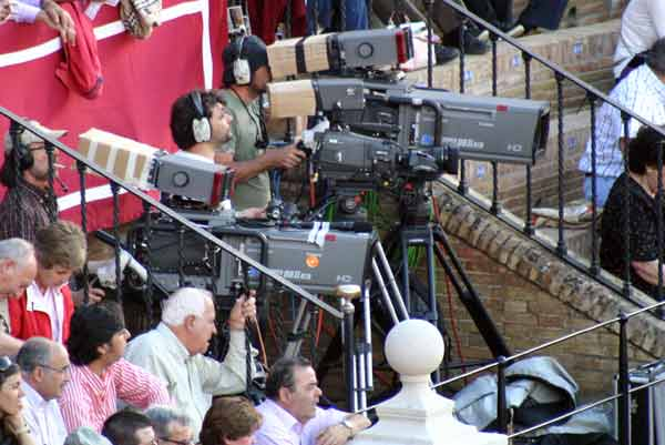 Las corridas de la Feria de Abril, retransmitdas a diario por un canal de pago. (FOTO: Javier Martínez)