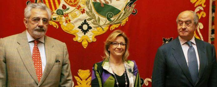 La delegada Carmen Tovar, ampara a ambos lados por los empresarios de la Maestranza.
