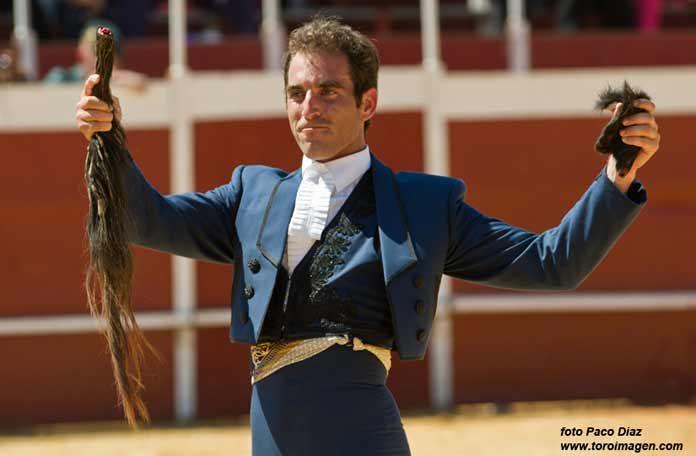 Salvador Cortés, con los máximos trofeos del tercero. (FOTO: Paco Díaz / toroimagen.com)