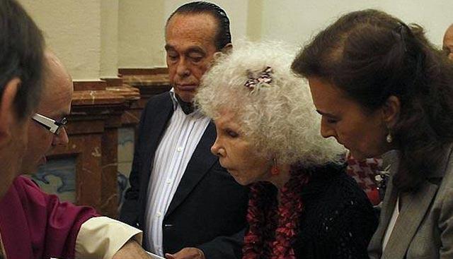 Curro Romero, la duquesa de Alba y Carmen Tello, jurando las reglas como nuevos hermanos de El Cachorro. (FOTO: ABC-Sevilla)