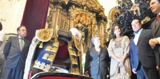 Curro Romero y su mujer, Carmen Tello, entregan el vestido a la Hermandad de la Carretería de Sevilla. (FOTO: Francisco Santiago / Arte Sacro)