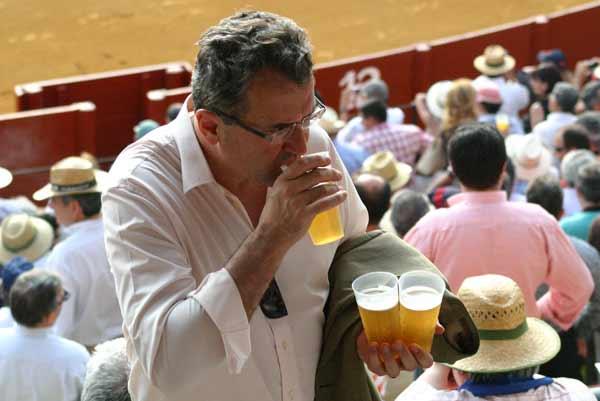 Los hay muy exagerados con la cerveza: de tres en tres... (FOTO: Javier Martínez)