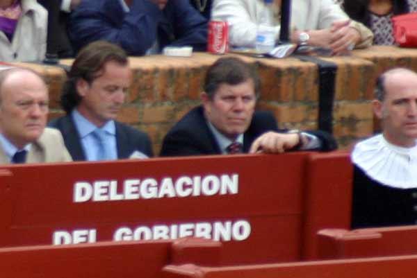 El jefe de Espectáculos Públicos de la Junta en Sevilla con un conocido directivo de El Corte Inglés. (FOTO: Javier Martínez)