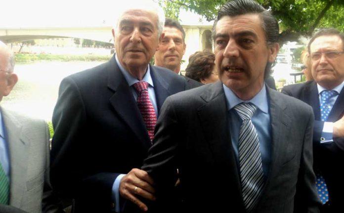 Ramón Vila lleva del brazo a Octavio Mulet minutos antes de nombrarle como su sucesor al frente de la enfermería. (FOTO: Javier Martínez / SEVILLA TAURINA)