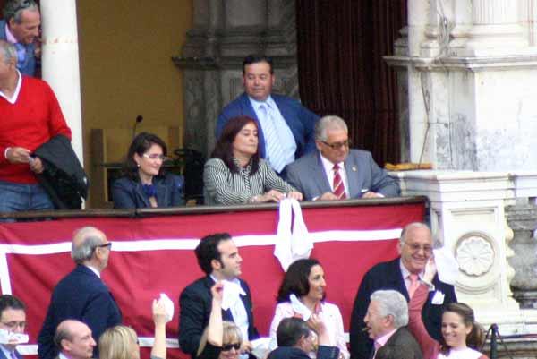 La presidenta Anabel Moreno con los dos pañuelos de las dos orejas concedidas hoy a El Juli. (FOTO: Javier Martínez)