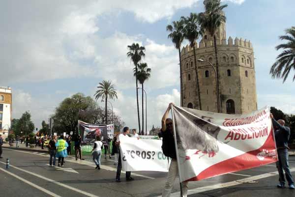 Una manifestación antitaurina llegó hasta la propia Puerta del Príncipe. (FOTO: Javier Martínez)