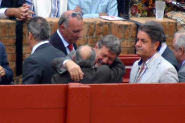 El ex presidente Gabriel Fernández Rey abraza a compañeros esta tarde en el burladero de la Junta de Andalucía. (FOTO: Javier Martínez)