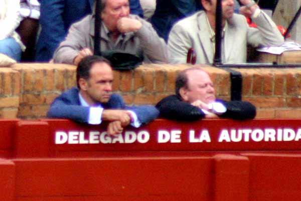 Los presidentes Fernando Fernández-Figueroa (que debuta en el palco el miércoles) y Juián Salguero, pendientes de lo que sucede en el ruedo. (FOTO: Javier Martínez)
