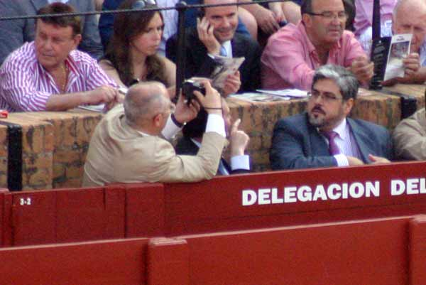 El buen señor estaba más ocupado de hacer fotos a los amigos que del ruedo... (FOTO: Javier Martínez)