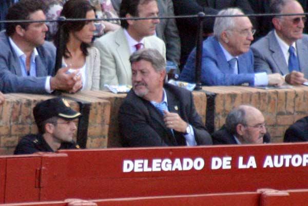 El ex presidente Gabriel Fernández Rey, fijo en el burladero de la Junta. (FOTO: Javier Martínez)