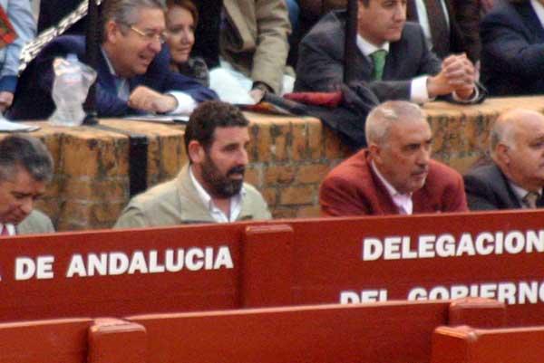 ¿Un periodista invitado al burladero de la Junta? No es de SEVILLA TAURINA, claro, sino colaborador del portal más 'allegado' a la Delegación. (FOTO: Javier Martínez)