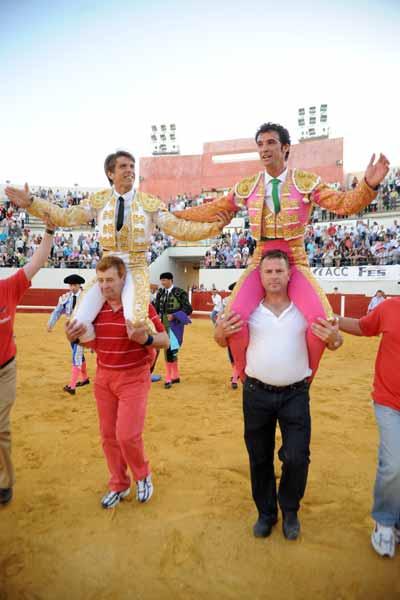 El Cordobés y Vilches, a hombros hoy en Utrera. (FOTO: Matito)
