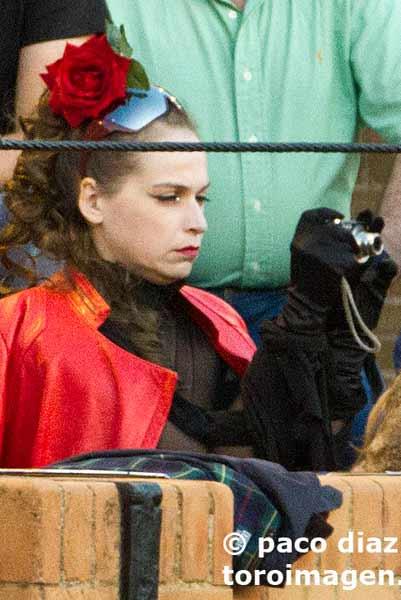 La sofisticada aficionada turista parece parace que va a ser fija todos los días. (FOTO: Paco Díaz/toroimagen.com)