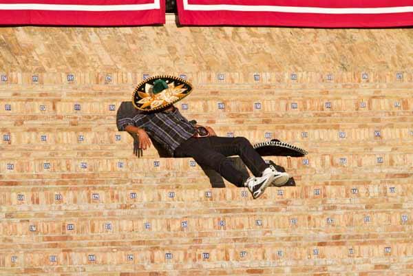Un aficionado aburrido se echa unas sietecita en los despoblados tendidos de sol. (FOTO: Paco Díaz/toroimagn.com)
